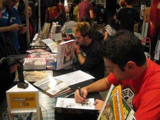 Firmando ejemplares, 2009.
